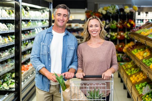 Sorrindo, par, comprando, alimento, produtos Foto Premium