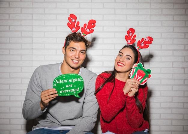 Sorrindo, par, natal, decorações Foto gratuita