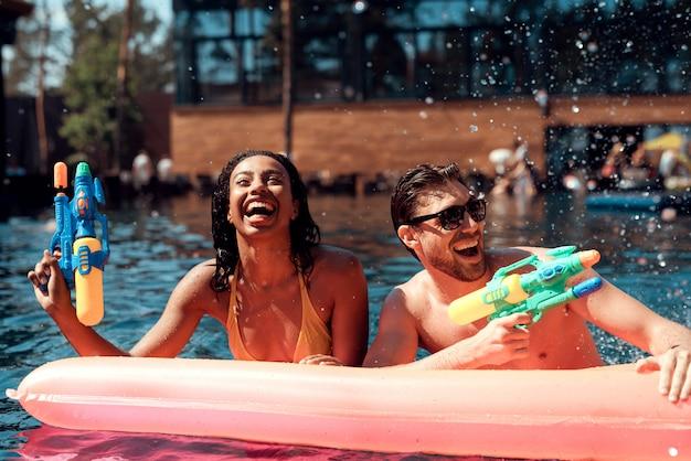 Sorrindo, par, tendo divertimento, em, piscina Foto Premium