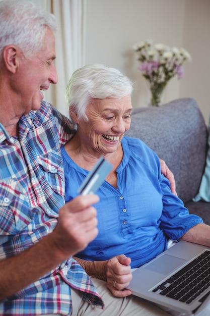 Sorrindo, par velho, usando, cartão crédito, e, laptop Foto Premium