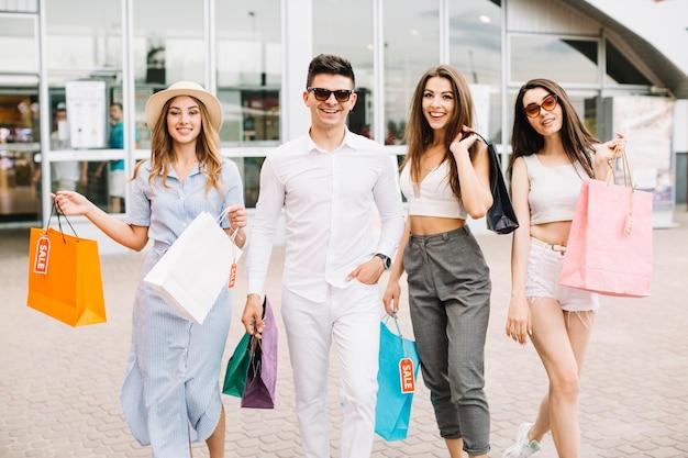 sorrindo-pessoas-elegantes-em-compras_23-2147688853.jpg