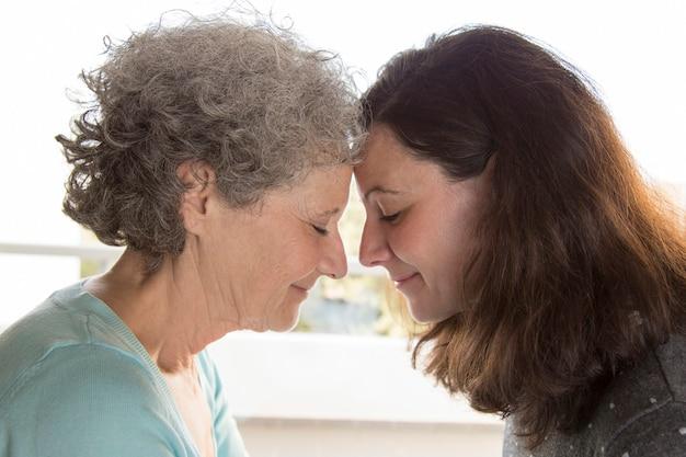 Sorrindo, sênior, e, middle-aged, mulheres, tocar, testa Foto gratuita