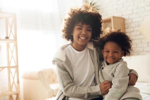 Sorriso afro-americano feliz da mãe e da filha. Foto Premium