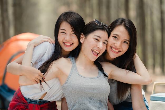 Sorriso asiático fêmea adolescente feliz para a câmera Foto gratuita