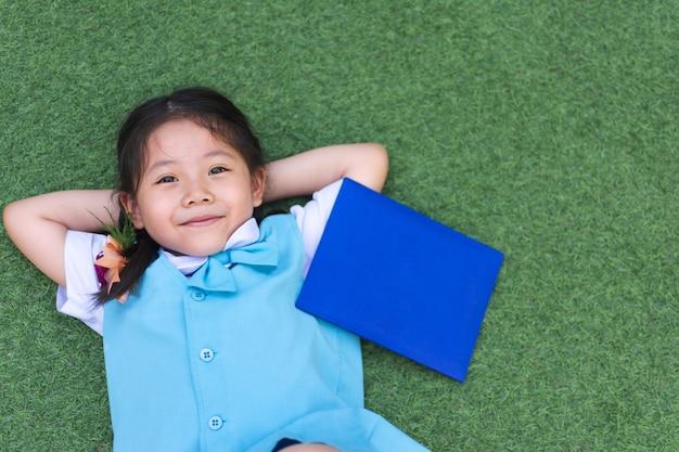 Sorriso asiático pequeno bonito da menina. Foto Premium