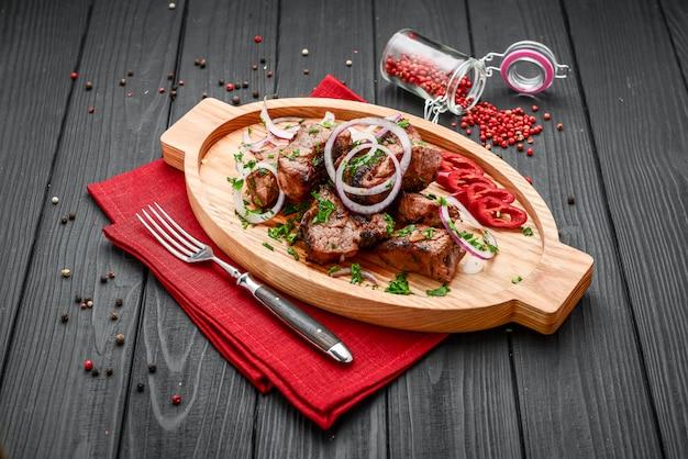 Sortidas deliciosas carnes grelhadas com legumes na mesa de piquenique de chapa branca para festa de churrasco em família Foto Premium