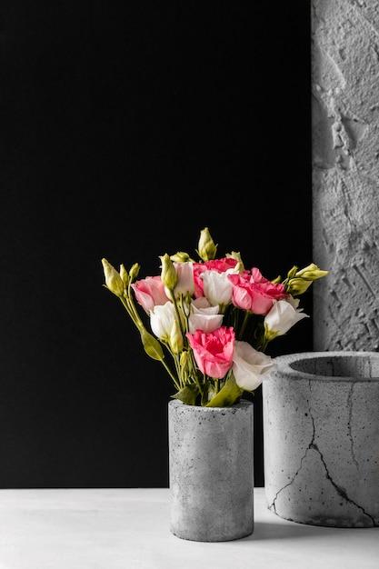 Sortido com lindas rosas em um vaso Foto gratuita