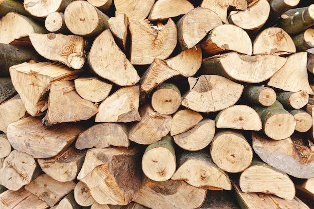 Sortido com madeira cortada para aquecimento Foto gratuita