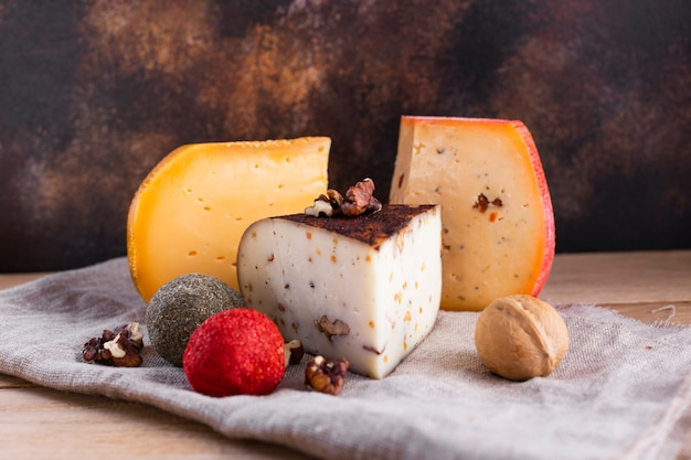 Sortido de queijo duro com nozes Foto gratuita