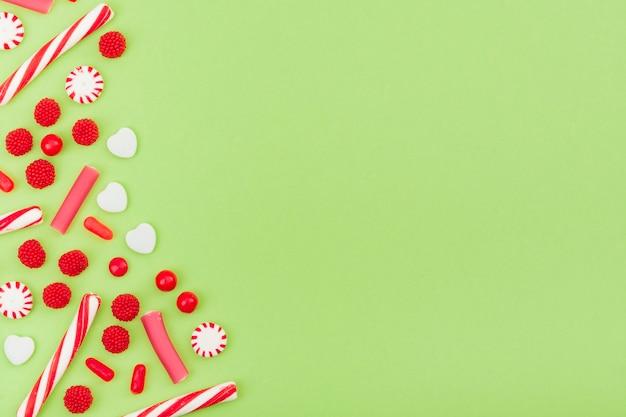 Sortidos de doces doces para o espaço da cópia Foto gratuita