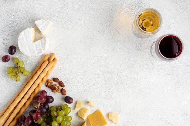 Sortidos de queijos e vinhos para degustação para degustação Foto gratuita