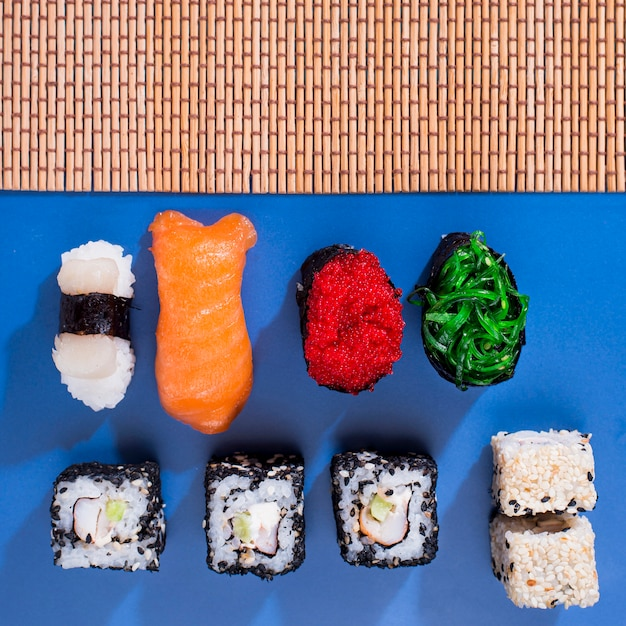 Sortidos de sushi rolls Foto gratuita
