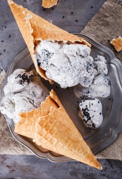 Sorvete com sementes de gergelim preto. sobremesa doce de verão. Foto Premium
