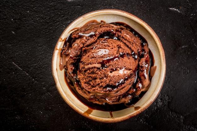 Sorvete de chocolate com calda de chocolate Foto Premium