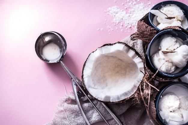 Sorvete de coco em um fundo rosa Foto gratuita