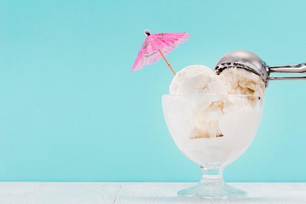 Sorvete em vaso de vidro e colher de metal no topo Foto gratuita