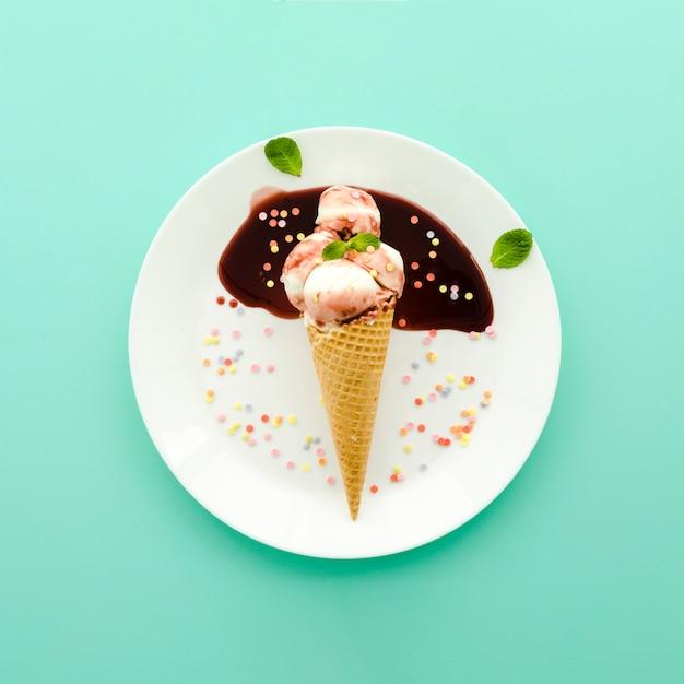 Sorvete no cone waffle com xarope e polvilha Foto gratuita