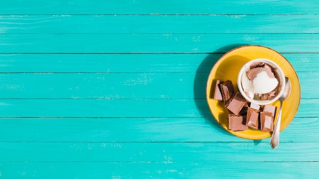 Sorvete servido com chocolate Foto gratuita