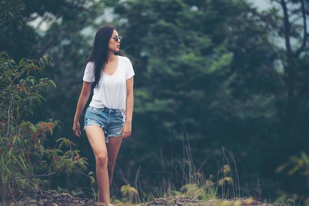 Sozinho menina asiática andando na floresta Foto Premium