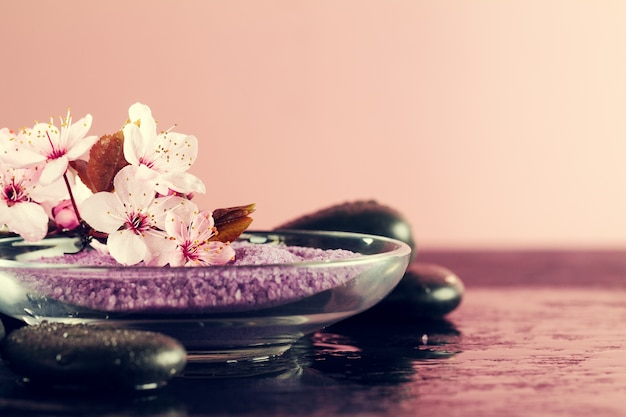 Spa concept. closeup of beautiful spa products - spa salt and flowers. horizontal. Foto gratuita