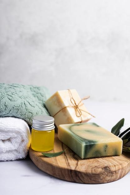Spa conjunto de sabonete perfumado com toalhas ao lado Foto gratuita