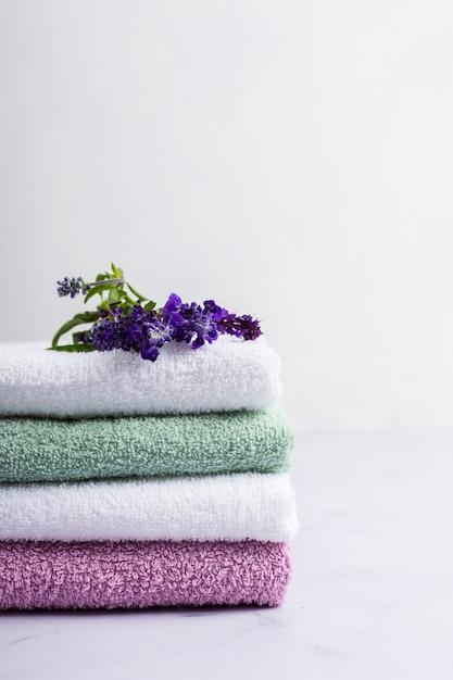Spa conjunto de toalhas de lavanda perfumadas Foto gratuita