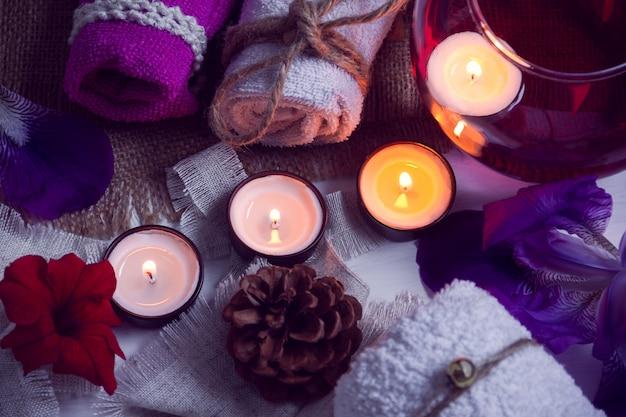 Spa consiste de toalhas, velas, flores, cone e aromaterapia de água em uma tigela de vidro Foto Premium