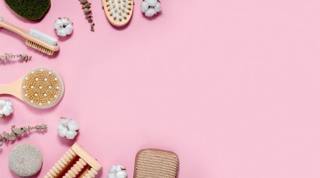 Spa e banho em fundo rosa abstrato. conceito de cuidados com a pele e o corpo. copyspace vista superior horizontal Foto Premium