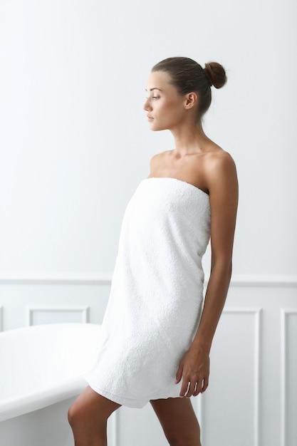 Spa e beleza. mulher bonita em um banheiro Foto gratuita