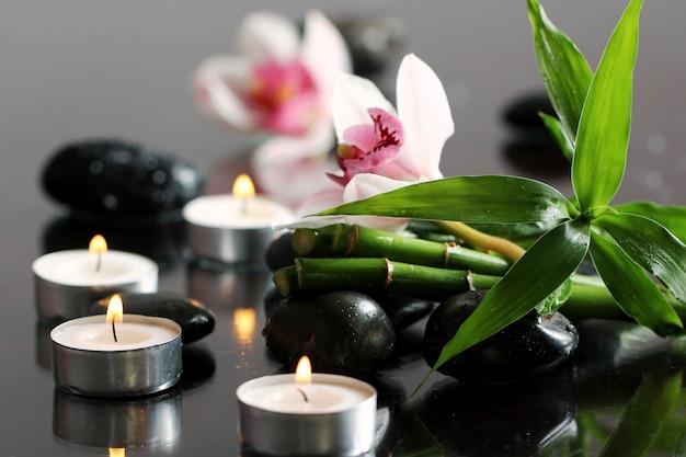Spa e bem-estar, massagem pedras e flores na toalha de mesa de madeira Foto gratuita