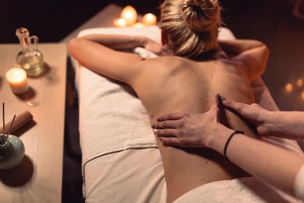 Spa e massagem conceito com mulher Foto gratuita
