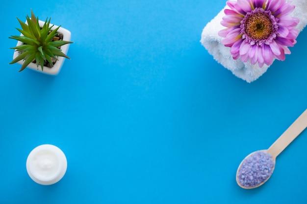 Spa. moagem de sal do mar na luz de madeira - colher de madeira da tabela gasto azul. cozinha e uso saudável cosmética Foto Premium
