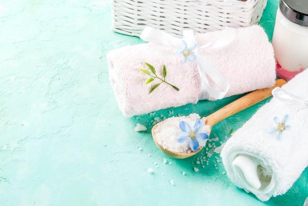 Spa relaxar e conceito de banho, sal marinho, sabão, com cosméticos e toalhas Foto Premium