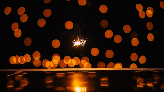 Sparkler e pontos de luz Foto gratuita