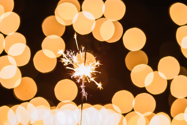 Sparkler perto de manchas de luz Foto gratuita