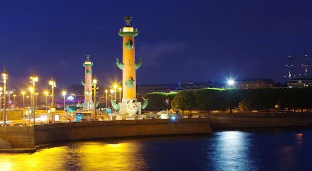 Spit of vasilyevsky island na noite Foto gratuita
