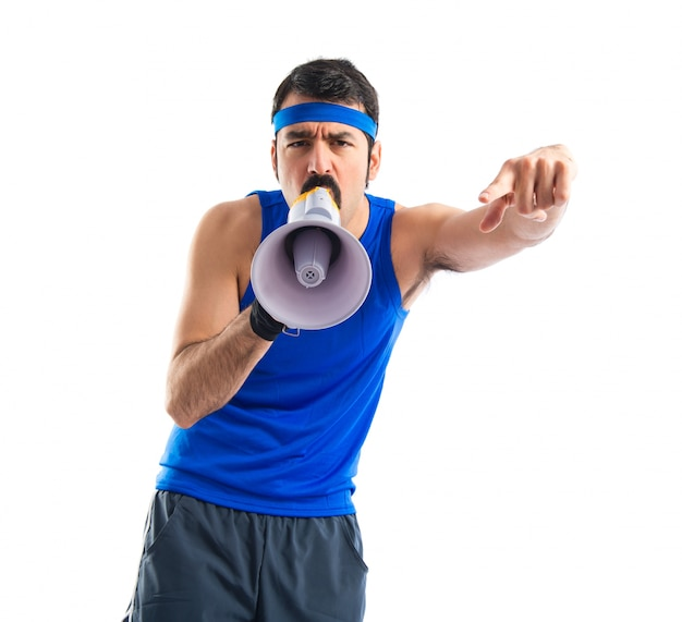 Sportman gritando por megafone Foto gratuita