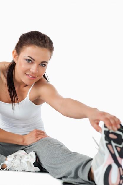 Sportswoman fazendo alongamentos Foto Premium