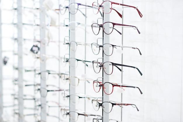 Stand com óculos ópticos. Foto Premium
