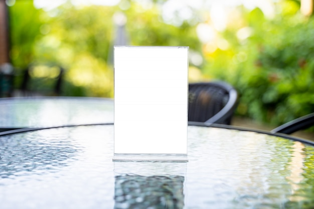 Stand mock up menu quadro tenda cartão borrado fundo design chave layout visual. Foto Premium