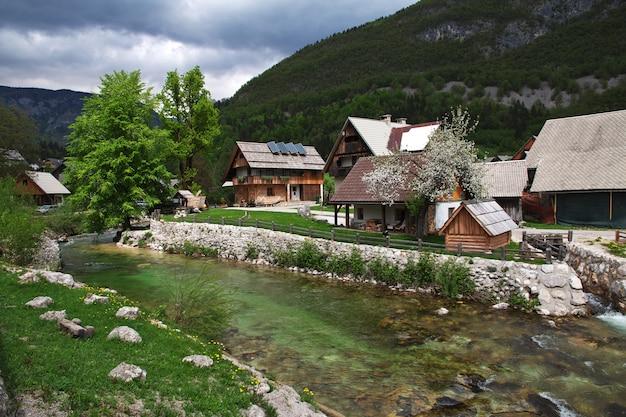 Stara fuzina nos alpes da eslovênia Foto Premium
