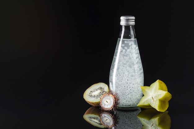 Starfruit e suco de kiwi em fundo preto Foto gratuita