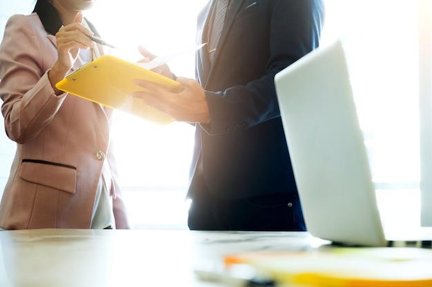 Startups business teamwork meeting analisa dados de marketing. Foto gratuita