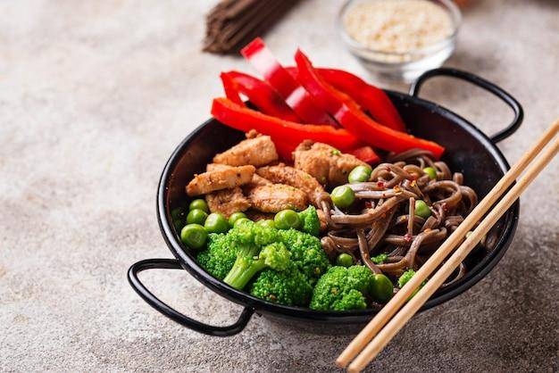 Stir fry soba com carne e legumes Foto Premium