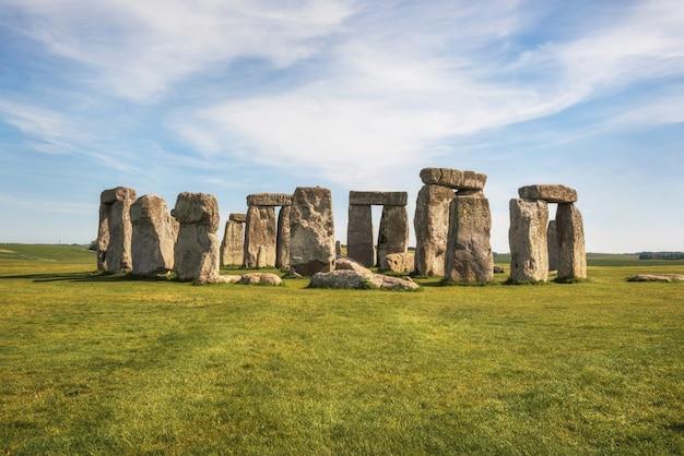 Stonehenge um monumento de pedra pré-histórico antigo perto de salisbúria, reino unido, local do patrimônio mundial do unesco. Foto Premium