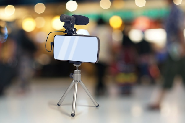 Streaming de vídeo ao vivo com telefone inteligente e ferramenta de microfone. Foto Premium