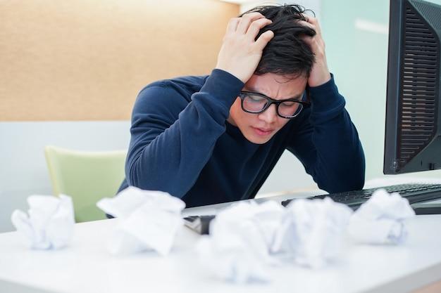 Stress de homem empregado com trabalho Foto Premium