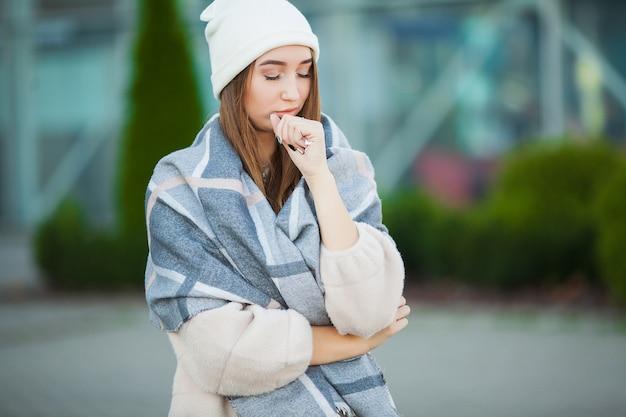 Stress de mulher. linda mulher desesperada triste no casaco de inverno que sofre de depressão Foto Premium