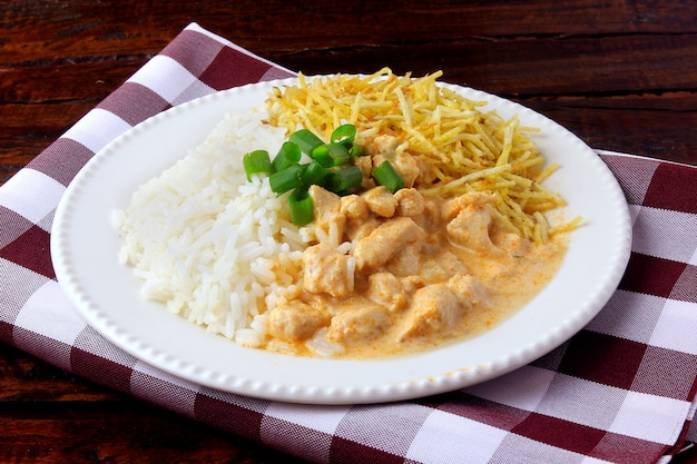 Strogonoff de frango, é um prato originário da cozinha russa. Foto Premium