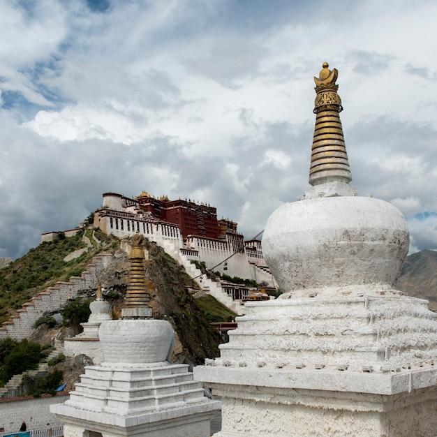 Stupas com palácio de potala em segundo plano, lhasa, tibete, china Foto Premium
